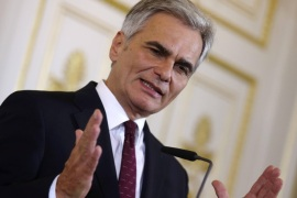 Austrian Chancellor Werner Faymann addresses a news conference during a break of a government summit on migration policy in Vienna, Austria, September 11, 2015. About 3,700 people poured across the Hungarian border into Austria on Thursday, a police spokesman said, a big increase in the flow of migrants that will put extra pressure on Austrian authorities trying to arrange onward transport. REUTERS/Heinz-Peter Bader