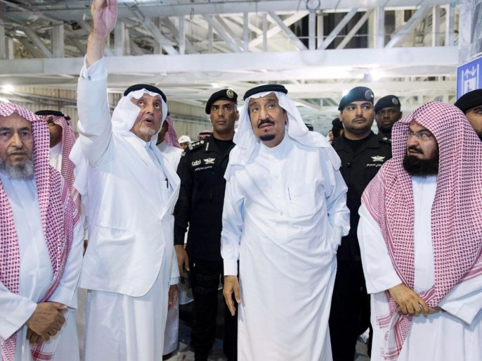 الملك سلمان يتفقد موقع حادث الحرم المكي