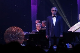 Andrea Bocelli (R) and David Foster perform at the 67th Annual Primetime Emmy Awards Governors Ball in Los Angeles, California September 20, 2015.  REUTERS/Mario Anzuoni