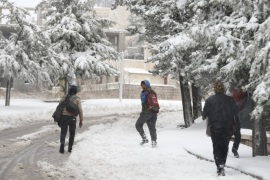 Syrian workers carry their belonging as they walk on the snow in Aley, Lebanon, January 1, 2016. REUTERS/ Jamal Saidi