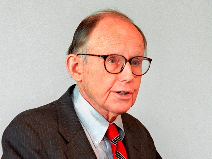 الموسوعة – epa01585836 A file picture dated 17 January 1999 shows US political scientist Samuel P. Huntington giving a lecture in Munich, Germany. Harvard University, where Huntington had taught, announced on their website on 27 December 2008 that Huntington died on 24 December, aged 81. EPA/FOTOREPORT STRUB