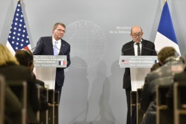1110 – Paris, Paris, FRANCE :  French Defence Jean-Yves Le Drian (R) addresses a joint press conference with US defence secretary Ashton Carter after a working meeting on the battle against the Islamic State group in Iraq and Syria, on January 20, 2016 at the Defence Ministry in Paris. AFP PHOTO / ALAIN JOCARD