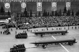 الموسوعة – Sandal (ss-4) missiles at a 1961 may day parade in red square, moscow, ussr, the ss-4 is a single-stage, liquid-fuel irbm with a choice of nuclear or conventional warheads and a range of 1,100 miles, first seen in 1961. (Photo by: Sovfoto/UIG via Getty Images)