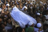 Mourners carry the body of prominent Sudanese Islamist and opposition leader Hassan al-Turabi, who died a day earlier, during his funeral, Khartoum, Sudan, 06 March 2016. Prominent Sudanese Islamist and opposition leader Hassan al-Turabi died on 05 March at the age of 84. He died in a hospital near his house in the capital of Sudan after suffering a heart attack.