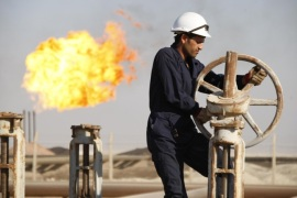 A worker adjusts the valve of an oil pipe at West Qurna oilfield in Iraq's southern province of Basra in this November 28, 2010 file photo. To match Special Report MIDEAST-CRISIS/KURDISTAN     REUTERS/Atef Hassan/Files   (IRAQ  – Tags: BUSINESS ENERGY)