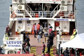 Migrants are escorted by police officers as they disembark from a ferry at a port in the Turkish coastal town of Dikili, Turkey April 8, 2016. The ferry carrying 45 Pakistani migrants returned to Turkey from the Greek island of Lesbos on Friday – the second round of arrivals under a European Union deal with Ankara to stem mass migration to Europe across the Aegean Sea. REUTERS/Tuncay Dersinlioglu FOR EDITORIAL USE ONLY. NO RESALES. NO ARCHIVE.