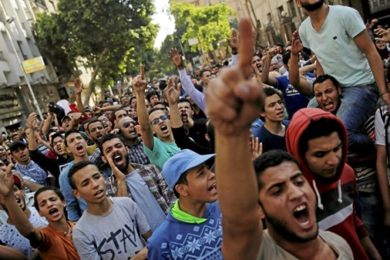 Egyptian protesters and Muslim Brotherhood members shout slogans against President Abdel Fattah al-Sisi and the government during a demonstration protesting the government's decision to transfer two Red Sea islands to Saudi Arabia, in front of the Press Syndicate in Cairo, Egypt, April 15, 2016. REUTERS/Amr Abdallah Dalsh (رويترز)