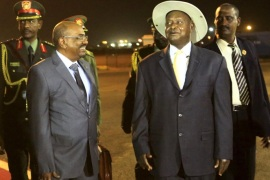 Sudan's President Omar al-Bashir (L) smiles with Uganda's President Yoweri Museveni as he arrives at Khartoum Airport for talks during an official visit to Sudan September 15, 2015. The visit comes amid strained relations between Khartoum and Kampala as the two countries trade accusations of support to rebel groups. Sudan accuses Uganda of harboring rebel group members of the Sudanese Revolutionary Front (SRF) while Uganda claims that the rebels of the Lord Resistance Army (LRA) are in western Sudan.  REUTERS/Mohamed Nureldin Abdallah