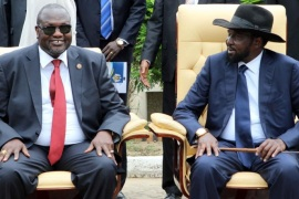 South Sudan President Salva Kiir (R) and former rebel leader and First Vice-President Riek Machar (L) attend a ceremony after a new unity government was sworn-in, Juba, South Sudan, 29 April 2016. South Sudan President Salva Kiir named a new unity government sharing power with former rebel leader Riek Machar, ending a conflict that erupted since mid-December 2013. According to peace agreement, the interim government will govern for the next 30 months before holding general elections.