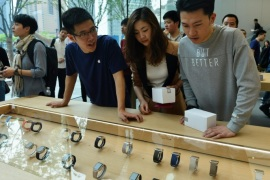 An Apple staffer (L) talks to a customer about the smart watches after the opening of the second Apple Store in Hangzhou, Zhejiang province, China, 24 April 2015. Apple Watch has been a hit in Apple Stores.  EPA/LONG WEI CHINA OUT