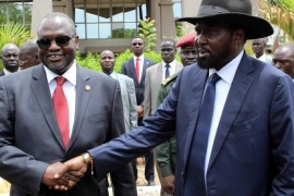 South Sudan President Salva Kiir (R) shakes hands with former rebel leader and First Vice-President Riek Machar (L) after a new unity government was sworn-in, Juba, South Sudan, 29 April 2016. South Sudan President Salva Kiir named a new unity government sharing power with former rebel leader Riek Machar, ending a conflict that erupted since mid-December 2013. According to peace agreement, the interim government will govern for the next 30 months before holding general