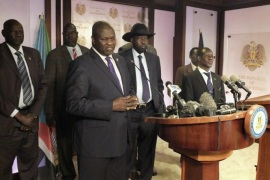 South Sudan First Vice President Riek Machar (L), flanked by South Sudan President Salva Kiir (C) other government officials, addresses a news conference at the Presidential State House in Juba, South Sudan, July 8, 2016. REUTERS/Stringer BEST QUALITY AVAILABLE