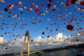 Red and white balloons are released during the opening ceremony of newly built Yavuz Sultan Selim bridge, the third bridge over the Bosphorus linking the city's European and Asian sides in Istanbul, Turkey, August 26, 2016. REUTERS/Murad Sezer