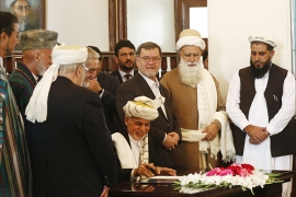 epa05561480 Afghan president Ashraf Ghani (C) signs a peace agreement during a ceremony in Kabul, Afghanistan, 29 September 2016. According to reports, a peace agreement between Hizb-e-Islami led by Gulbadin Hekmatyar and the Afghan government was signed in Kabul on 29 September.  EPA/JAWAD JALALI