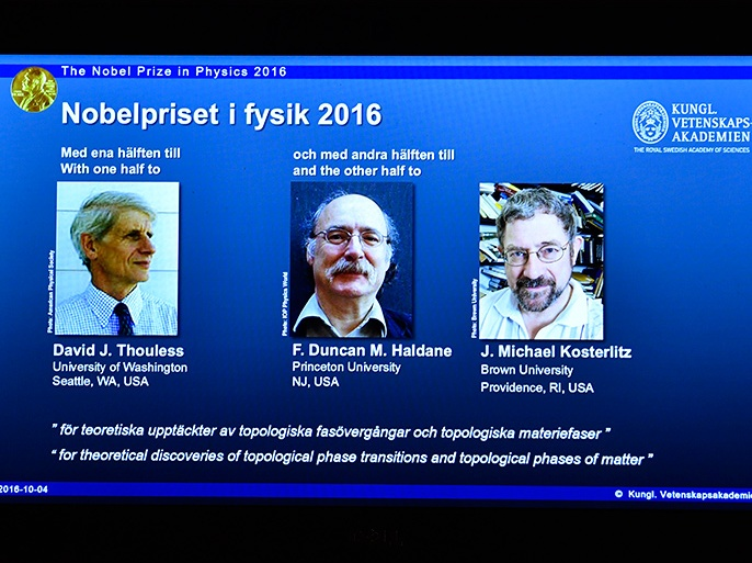 الموسوعة – epa05569229 This year's Nobel Prize in Physics winners, British-born scientists David Thouless, Duncan Haldane and Michael Kosterlitz, shown on a screen at the Royal Academy of Sciences in Stockholm, Sweden, 04 October 2016. The Royal Swedish Academy of Sciences on Tuesday cited their 'theoretical discoveries of topological phase transitions and topological phases of matter.'  EPA/ANDERS WIKLUND SWEDEN OUT
