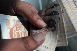 A man counts Egyptian pounds outside a bank in Cairo, Egypt October 24, 2016. Picture taken October 24, 2016. REUTERS/Mohamed Abd El Ghany