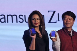 Hyun Chil Hong (R), president and chief executive of Samsung India Electronics, and Bollywood actress Huma Qureshi hold the Samsung�s new Z1 smartphones at its launch in New Delhi January 14, 2015. South Korea's Samsung Electronics Co Ltd has launched the first smartphone powered by its Tizen operating system, a major development in the tech giant's aim to build a software ecosystem to rival Google Inc's Android.   REUTERS/Adnan Abidi (INDIA – Tags: BUSINESS TELECOMS