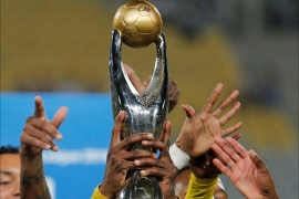 Football Soccer – CAF African Champions League Final – Egypt's El Zamalek v South Africa's Mamelodi Sundown – Borg El Arab Stadium, Alexandria, Egypt – 23/10/2016 – Khama Billiat of South Africa's Mamelodi Sundown celebrates with the trophy with his taem after winning CAF African Champions League. REUTERS/Amr Abdallah Dalsh