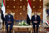 epa05571322 Egyptian President Abdel Fattah al-Sisi (R) and Sudanese President Omar Bashir (L) meet prior to the signing of a number of agreements in Cairo, Egypt, 05 Otober 2016. The meeting came as part of the Egyptian-Sudanese high committee, and its the first time that two presidents have headed this committee as its always held at the prime ministerial level. A number of economic agreements was signed during the meeting.  EPA/KHALED ELFIQI