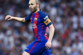 MADRID, SPAIN – APRIL 23:  Andres Iniesta of FC Barcelona runs with the ball during the La Liga match between Real Madrid CF and FC Barcelona at the Santiago Bernabeu stadium on April 23, 2017 in Madrid, Spain.  (Photo by David Ramos/Getty Images)