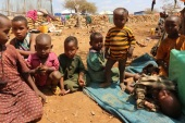 Internally displaced Somali children rest outside their shelter after fleeing from drought stricken regions at a makeshift camp in Baidoa, west of Somalia's capital Mogadishu, March 26, 2017. REUTERS/Feisal Omar
