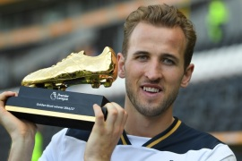 HULL, ENGLAND – MAY 21:  Harry Kane of Tottenham Hotspur poses with Premier League Golden Boot award fter the Premier League match between Hull City and Tottenham Hotspur at KC Stadium on May 21, 2017 in Hull, England.  (Photo by Laurence Griffiths/Getty Images)