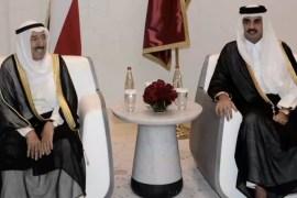لقاء أمير دولة قطر الشيخ تميم (يمين) وأمير الكويت الراحل الشيخ صباح (الجزيرة)