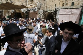 epa05906072 Israeli settlers and Jewish visitors walk in the old market during a tour on the Passover holiday in the old city of the West Bank of Hebron, 13 April 2017. Thousands of Israeli settlers spent the day outdoors, picnicking and visiting holy sites in the occupied West Bank as they continue to celebrate the eight-day holiday, which commemorates the Israelites' exodus from Egypt some 3,500 years ago. EPA/ABED AL HASHLAMOUN