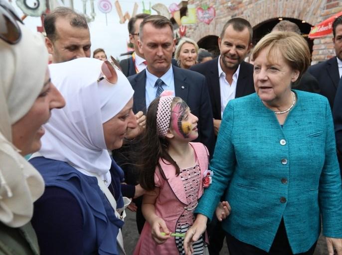 غارديان: مقامرة ميركل بقبول المهاجرين في ألمانيا آتت ثمارها
