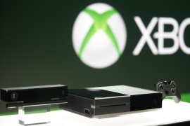 Xbox One (C) with the Kinect motions sensor (L) and the controller is pictured during a press event unveiling Microsoft's new Xbox in Redmond, Washington May 21, 2013.   REUTERS/Nick Adams (UNITED STATES – Tags: SCIENCE TECHNOLOGY ENTERTAINMENT)
