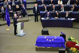 STRASBOURG, FRANCE – JULY 01:  Former U.S. President Bill Clinton speaks as a flag of the European Union lies draped over the coffin of former German Chancellor Helmut Kohl during a memorial ceremony at the European Parliament on July 1, 2017 in Strasbourg, France. Kohl was chancellor of Germany for 16 years and led the country from the Cold War through to reunification. He died on June 16 at the age of 87. (Photo by Thomas Lohnes/Getty Images)