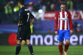 MADRID, SPAIN – MAY 10: Antoine Griezmann (R) of Atletico de Madrid reacts behind Cristiano Ronaldo (L) during the UEFA Champions League Semi Final second leg match between Club Atletico de Madrid and Real Madrid CF at Vicente Calderon Stadium on May 10, 2017 in Madrid, Spain.  (Photo by Gonzalo Arroyo Moreno/Getty Images)
