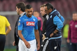 NAPLES, ITALY – NOVEMBER 01:  Coach of SSC Napoli Maurizio Sarri and injured player Faouzi Ghoulam during the UEFA Champions League group F match between SSC Napoli and Manchester City at Stadio San Paolo on November 1, 2017 in Naples, Italy.  (Photo by Francesco Pecoraro/Getty Images)