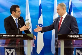 Guatemalan President Jimmy Morales and Israeli Prime Minister Benjamin Netanyahu reach out to shake hands as they deliver statements to the media during their meeting in Jerusalem November 29, 2016. REUTERS/Abir Sultan/Pool