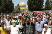 epa03337708 Palestinian worshipers pray outside the Dome of the Rock at the al-Aqsa mosque compound in Jerusalem during the third Friday prayers of the Muslim holy month of Ramadan on 03 August 2012. Muslims fasting in the month of Ramadan must abstain from food, drink and sex from dawn until sunset  EPA/ALAA BADARNEH