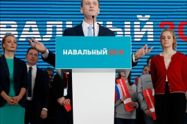 epa06404524 Russian opposition leader Alexei Navalny (front) speaks framed by his wife Yulia Navalnya (L) and  during a meeting with an action group to support his nomination as a candidate for Russian presidency in Moscow, Russia, 24 December 2017. Presidential elections in Russia is scheduled on 18 March 2018.  EPA-EFE/STRINGER