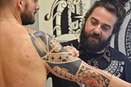 epa06308051 A man gets a tattoo at 10th Florence Tattoo Convention, Florence, 04 November 2017. EPA-EFE/MAURIZIO DEGL INNOCENTI