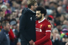 LIVERPOOL, ENGLAND – DECEMBER 30:  Jurgen Klopp, Manager of Liverpool greets Mohamed Salah of Liverpool after he is substituted off during the Premier League match between Liverpool and Leicester City at Anfield on December 30, 2017 in Liverpool, England.  (Photo by Clive Brunskill/Getty Images)