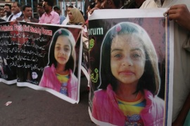 epa06438347 People hold banners and photos depicting victim of rape and murder during a protest in Karachi, Pakistan, 14 January 2018. Pakistan police continued its hunt for a serial killer who they say raped and murdered a seven-year-old girl in Kasur, a city in eastern Pakistan. The girl, who was being looked after by her uncle while her parents were away on a pilgrimage, had gone missing last week, adding to a list of at least 11 similar cases in the last one year. E