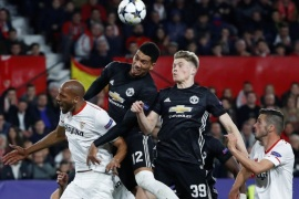 Soccer Football – Champions League Round of 16 First Leg – Sevilla vs Manchester United – Ramon Sanchez Pizjuan, Seville, Spain – February 21, 2018   Manchester United's Chris Smalling and Scott McTominay in action with Sevilla's Steven N'Zonzi    REUTERS/Juan Medina