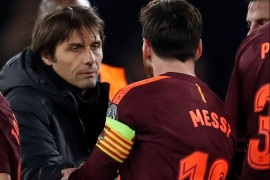 Soccer Football – Champions League Round of 16 First Leg – Chelsea vs FC Barcelona – Stamford Bridge, London, Britain – February 20, 2018   Barcelona's Lionel Messi shakes hands with Chelsea manager Antonio Conte after the match   REUTERS/Eddie Keogh