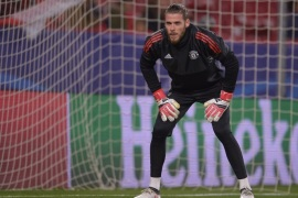 SEVILLE, SPAIN – FEBRUARY 21:  David De Gea of Manchester United warms up during the UEFA Champions League Round of 16 First Leg match between Sevilla FC and Manchester United at Estadio Ramon Sanchez Pizjuan on February 21, 2018 in Seville, Spain.  (Photo by Aitor Alcalde/Getty Images)