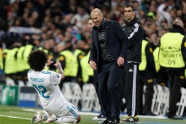 Soccer Football – Champions League Round of 16 First Leg – Real Madrid vs Paris St Germain – Santiago Bernabeu, Madrid, Spain – February 14, 2018   Real Madrid's Marcelo celebrates scoring their third goal with coach Zinedine Zidane    REUTERS/Paul Hanna