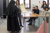 epa06579539 A Cloistered nun casts her ballot in the polling station in Potenza, Italy, 04 March 2018. General elections are held in Italy on 04 March 2018 with the country's economic situation and migrant influx in the past years believed to dominate the voters' decisions. The three main political contenders in Italy, the right-wing coalition, the ruling Democratic Party and the anti-establishment 5-Star-Movement have all predicted major results for themselves. The final results of the elections are expected to be announced on early 05 March.  EPA-EFE/ANTONIO VECE