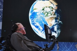 Physicist Stephen Hawking sits on stage during an announcement of the Breakthrough Starshot initiative with investor Yuri Milner in New York April 12, 2016. REUTERS/Lucas Jackson      TPX IMAGES OF THE DAY