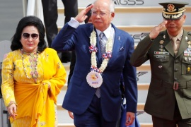 Malaysian Prime Minister Najib Razak salutes the honour guards, next to his spouse Rosmah Mansor, upon their arrival to attend the Association of Southeast Asian Nations (ASEAN) Summit and related meetings in Clark, Pampanga, northern Philippines November 12, 2017. REUTERS/Erik De Castro