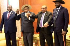Sudan's President Omar Al-Bashir hold hands with Uganda's President Yoweri Museveni, South Sudan's President Salva Kiir and South Sudan rebel leader Riek Machar during a South Sudan peace meeting as part of talks to negotiate an end to a civil war that broke out in 2013, in Khartoum, Sudan June 25, 2018. REUTERS/Mohamed Nureldin Abdallah