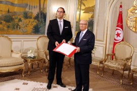 epa05453057 Tunisian President Beji Caid Essebsi (R) meets Prime Minister-designate Youssef Chahed (L) following his meeting with leaders of local political parties in Tunis,Tunisia, 03 August 2016. EPA/MOHAMED MESSARA