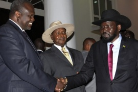 epa06872970 With Ugandan President Yoweri Museveni (C) between them, the President of South Sudan Salva Kiir (R) and the rebel leader Riek Machar (L) shake hands after their meeting in Kampala, Uganda, 07 July 2018. Reports say the warring parties agreed on a power-sharing deal that sets Machar to return to his position as vice president of the country, quoting Sudan's foreign minister. EPA-EFE/STR