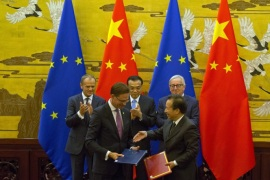 BEIJING, CHINA – JULY 16:  European Council President Donald Tusk, Chinese Premier Li Keqiang and European Commission President Jean-Claude Juncker applaud as Chinese and European officials exchange documents at a signing ceremony during a joint press conference at the Great Hall of the People on July 16, 2018 in Beijing, China. (Photo by Ng Han Guan – Pool/Getty Images)
